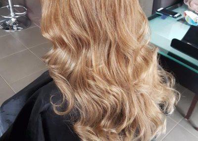 caramel blonde bronde hair colour long hair waves curls